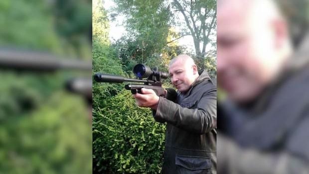 Här poserar misstänkte mördaren – med vapen