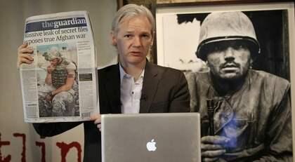 Julian Assange är talesperson för sajten Wikileaks som hjälper läckor att föra vidare hemlig information från myndigheter, företag och organisationer. I Sverige utreds han nu för ofredande. Foto: Peter Macdiarmid