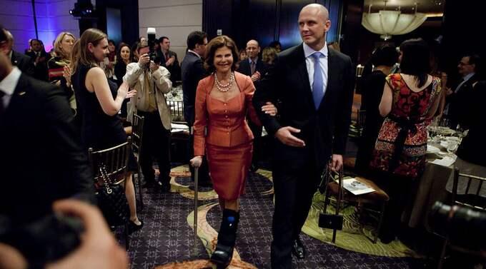 Expressens Henrik Ek träffade i natt drottning Silvia, då stödd på krycka med foten i ett stort plaststöd. Foto: Axel Öberg
