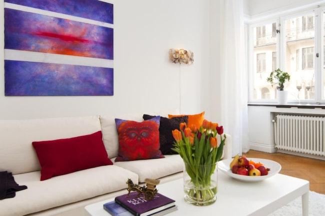 SKARPA DETALJER. Att inreda med färsprakande kuddar i soffan ger en varmare känsla i rummet.