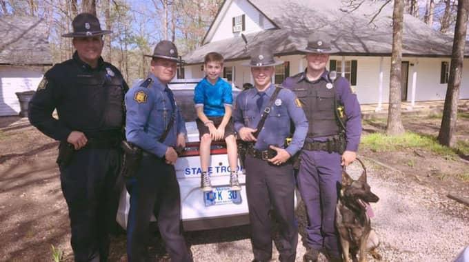 Ett gäng poliser hörde om Toxey och bestämde sig för att överraska honom med ett nytt kalas. Foto: Arkansas State Police