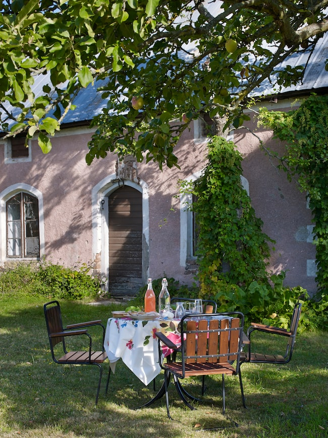 Det gamla stenhuset användes förr som sommarkök, snickarbod och magasin. Familjen på gården är sugna på att renovera den och göra den beboelig.