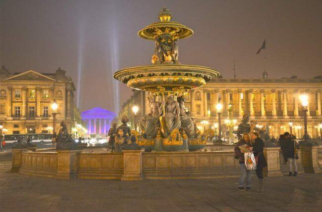 På Place de la Concorde syns det eleganta Paris, både i arkitekturen och i de exklusiva butikerna.