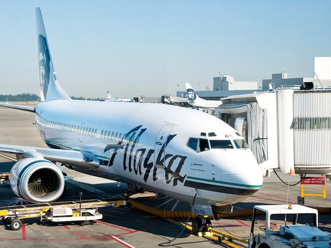 Ett flyg från Oakland, Kalifornien, till Portland, Oregon, fick utrymmas efter att man hittat en minst sagt ovälkommen passagerare ombord.