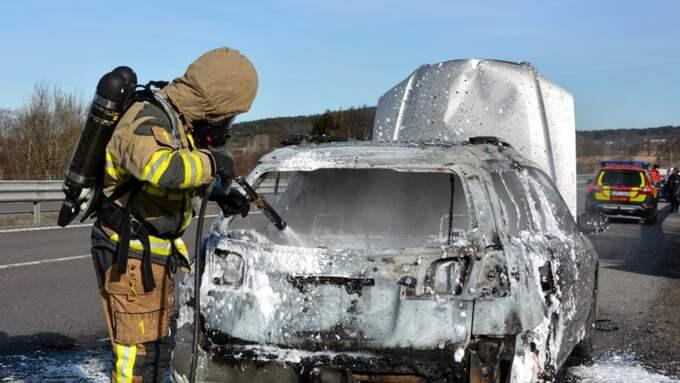 Det var vid klockan 9.18 på lördagsmorgonen som larmet kom in om en bil som börjat brinna under färd. Bilen ska ha fattat eld mitt på E6 i höjd med Stora Höga mellan Stenungsund och Göteborg. Foto: Mikael Berglund