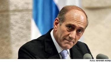 Israels premiärminister Ehud Olmert beordrade vapenvila från klockan två natten till måndag lokal tid.