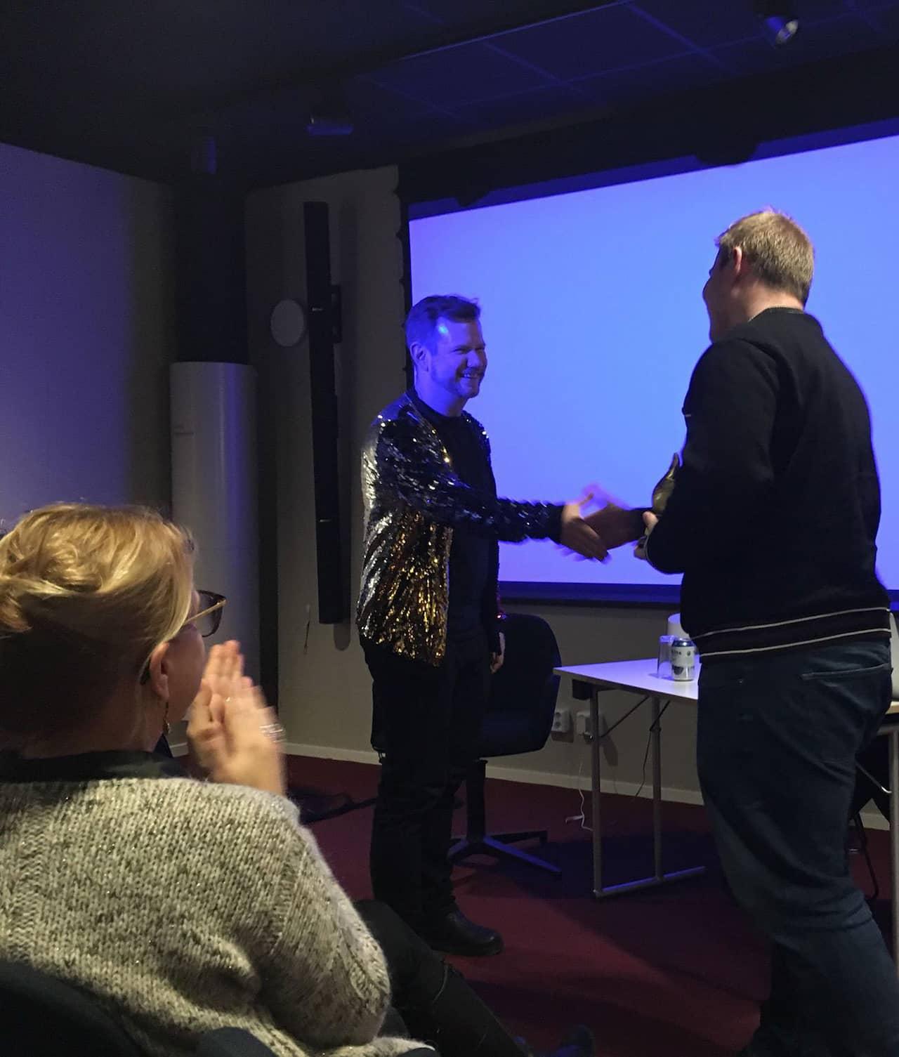 HC Madsen mottog kulturliken på best of demon, prisutdelare var team lead Henrik Tornberg.
