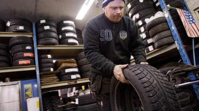 <b>Claes Ivarsson, 40, däcktekniker, Lidingö:</b><br>&quot;Däck ska funka för ändamålen. Allt beror på hur och var man kör. Dubbdäck är det absolut säkraste. Jag skulle säga att från Stockholm och söderut bör man köra med dubbat eftersom det kan bli blankis när som helst.&quot;