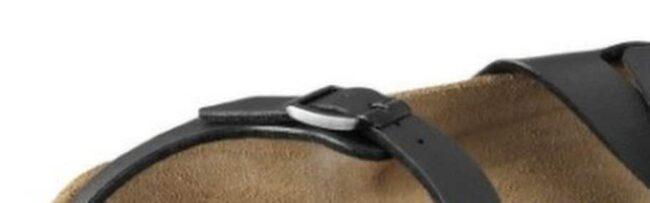 """<strong>2. Skippa nylonstrumpor och skor av syntet</strong><br>Det är när fötterna  stängs in och bakterier bildas som det börjar  lukta illa. I  nylonstumpor och syntetskor händer just det. Skippa därför  dessa!<br>Välj ett par öppna skor om du kan. Om inte - välj i alla fall strumpor i bomull som andas bättre än nylon.<strong><br>Sandaler från <a href=""""http://www.birkenstock.se/Servlet?page=4&article=03179301&parent=sDAM_CLASSIC"""">Birkenstock</a>, 800 kronor.</strong>"""