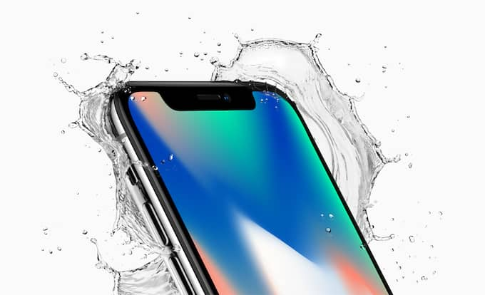 Apples nya flaggskepp, smarttelefonen Iphone X, har en svart ruta högst upp på bildskärmen där bland annat en kameralins och olika sensorer för ansiktsigenkänning sitter. Det gör att skärmen bara sträcker sig till tre av skärmens fyra kanter. Foto: APPLE / POLARIS / APPLE / POLARIS POLARIS IMAGES