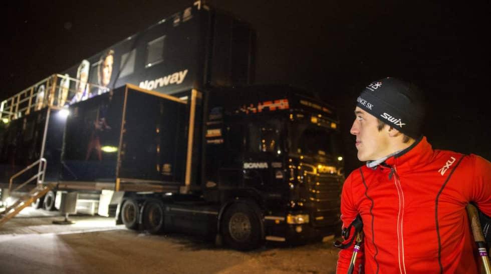 Calle Halfvarsson framför bussen. Foto: Nils Petter Nilsson