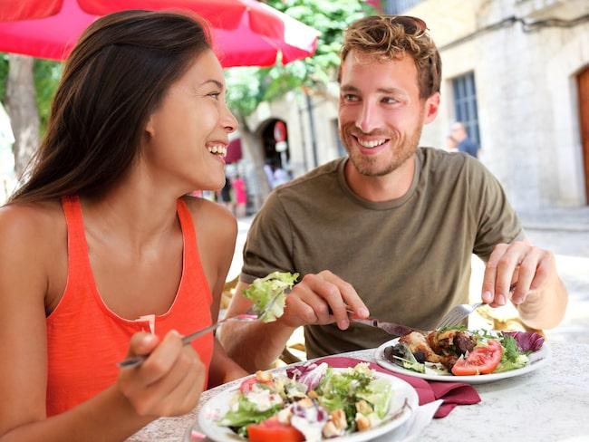 En ny undersökning visar att svenskarna framför allt uppskattar trevlig personal och lokala delikatesser på utlandsresan.