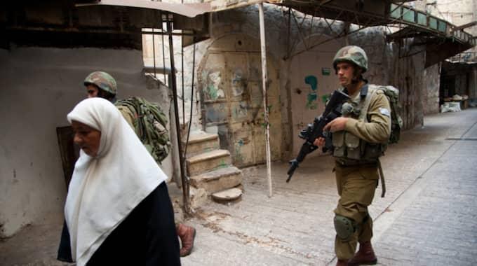 Som jude kräver jag att inte antas stödja vare sig bosättningar eller Netanyahu, skriver Lisa Granér. Bilden är tagen i Hebron på Västbanken, där militär patrullerar till skydd för en illegal bosättning på palestinskt område. Foto: Ryan Rodrick Beiler/Shutterstock / SHUTTERSTOCK
