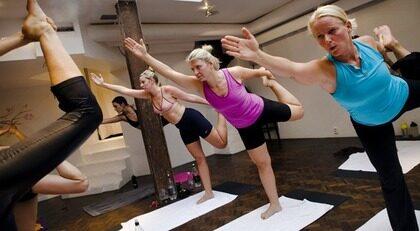 Bikramyoga - som utövas i ett uppvärmt rum - var en av de träningsformer som panelen testade.