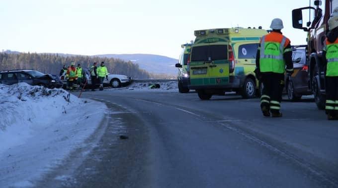 Totalt fördes nio personer till sjukhus efter den kraftiga krocken på E12. Tre av dem avled av skadorna. Foto: Elin Stormare/Västerbotten-Kuriren