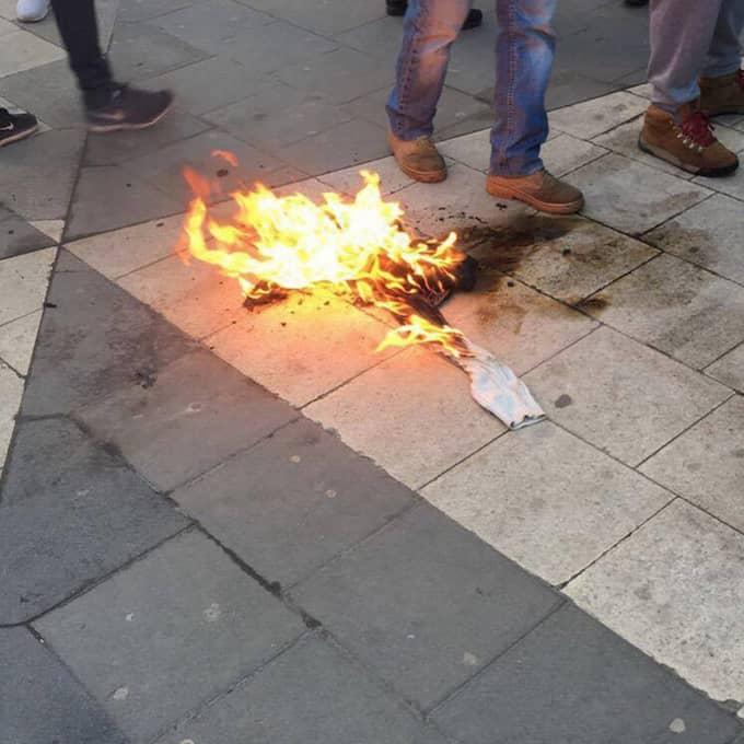 En man på Sergels torg i Stockholm tände under fredagen eld på sig själv. Foto: Läsarbild