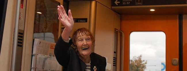 Eva Bergdahl, 96, vinkar adjö till Sverige. Hon flyttar från Karlskrona till Thailand.