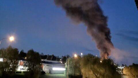 Kraftig brand i industrilokal i Västerås