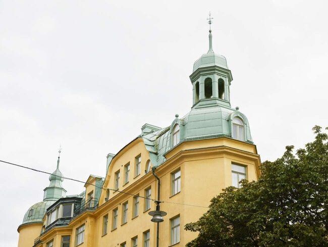 """<span>Här ligger den – miniettan på Östermalm i Stockholm, som nu är till salu för 2,1 miljoner kronor. <a href=""""http://www.fantasticfrank.se"""">www.fantasticfrank.se</a></span>"""