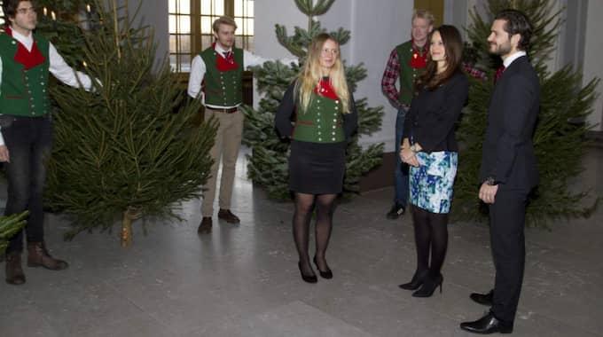 Här tar Sofia och Carl Philip emot granarna vid slottet. Foto: Kungahuset.se