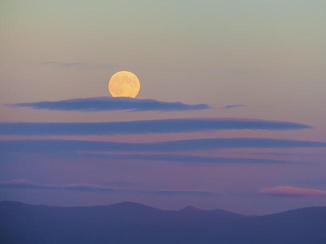Som allra mäktigast ser den ut i gryningen och skymningen då den befinner sig som närmast horisonten.