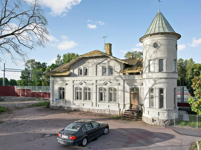 Tornhus, ursprunglig väntsal kvar, samt lägenhet på övervåningen.