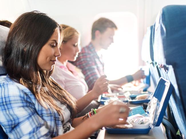 Maten är ofta halvdan på flyget – men det är drycken du ska se upp för.