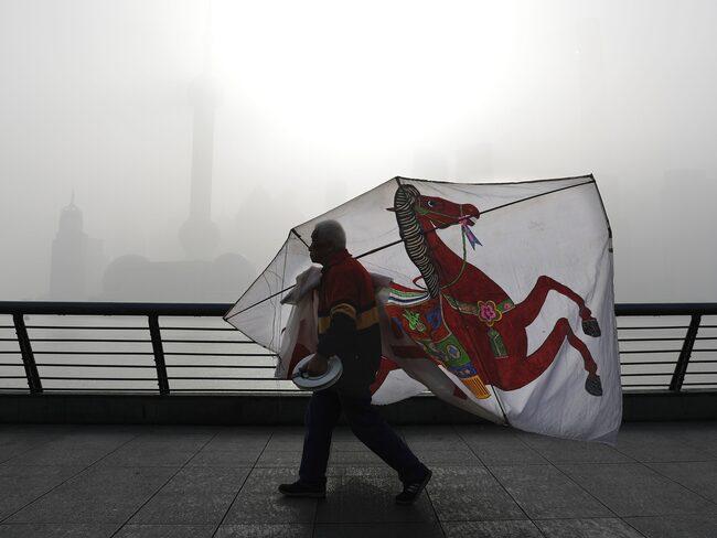 Luftföroreningarna är besvärliga i Kina och tvingar nu fram fler elbilar och laddhybrider.