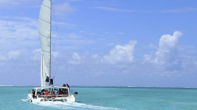 En tur med katamaran är en populär dagsutflykt, gärna med både snorkling och parasailing.