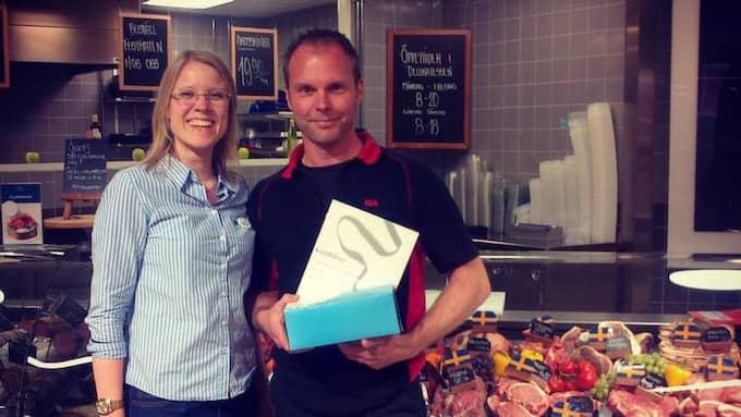 """Politikern Kristina Yngwe (C), som kandiderar till Europaparlamentet, kallar Mikael Karlsson för en """"grishjälte"""" och var i veckan förbi Icabutiken i Skurup och lämnade en tårta. Foto: Privat"""