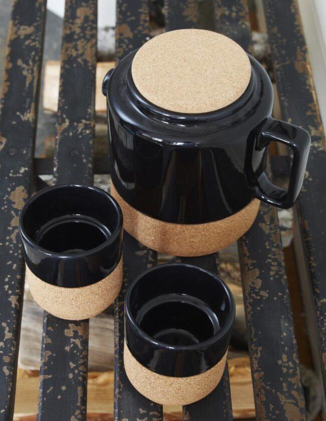 Snyggt i svart<br>Korkklädd kanna med tillhörande muggar, 199 kronor respektive 69 kronor styck, Bolia.com.
