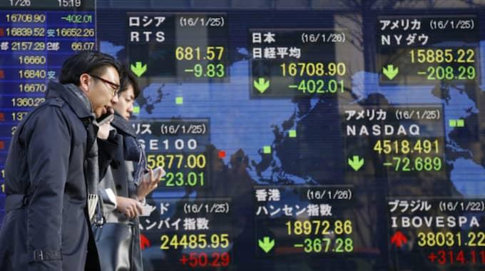 Vid stängning hade Shanghaibörsens index CSI300 fallit med 5,67 procent. Foto: Shizuo Kambayashi/AP