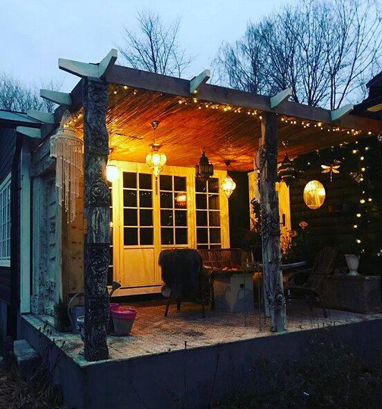 """Efter separationen i våras flyttade Carolina Gynning ut till sin ateljé på gården som hon gjort om till """"hippiehuset""""."""