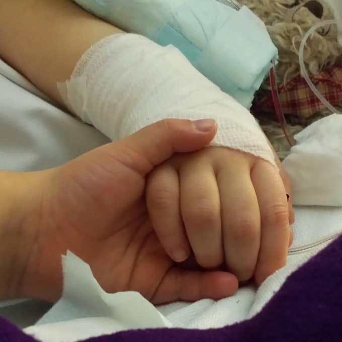 Det här är den sista bilden som togs när Nova var vid liv. Systrarna höll varandras händer en sista gång. Foto: Privat