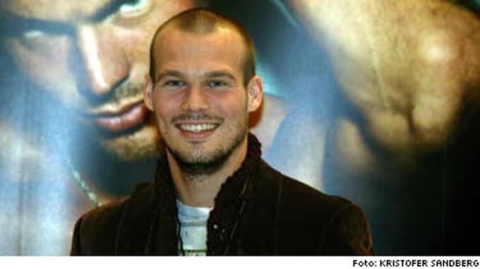 Hemlig romans. Fotbollsstjärnan Fredrik Ljungberg ville inte att hans romans med Dede skulle komma ut. Men nu väljer Dede att berätta i en intervju i News of the world.