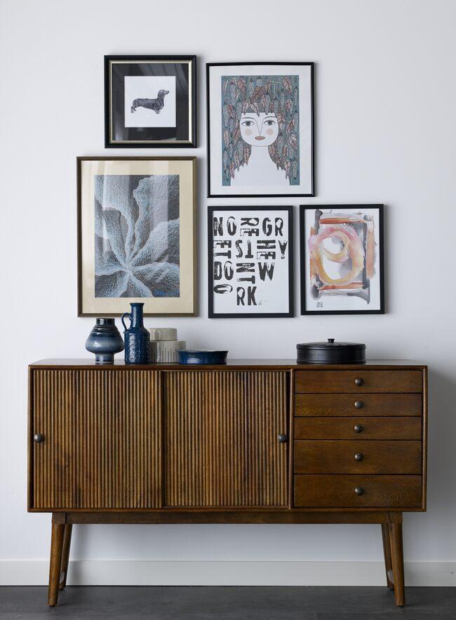Byrån Folke från Ellos kollektion AW17 kostar 5999 kronor. Tavlor och föremål ovanpå är blandat från deras egen kollektion samt handplockat vintage med bara en av varje. Allt släpps den 8 augusti. Med vintageprylarna gäller föst till kvarn!