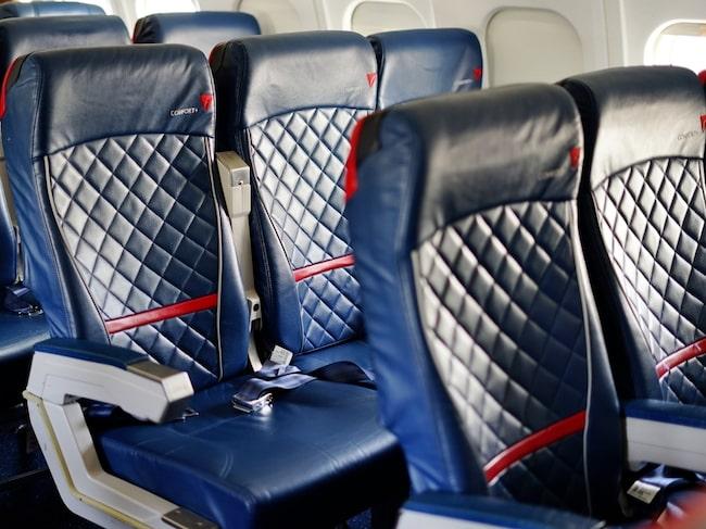 Delta Airlines bjuder på gratis cocktail, bistro-buffé och varma handdukar i ekonomiklass.