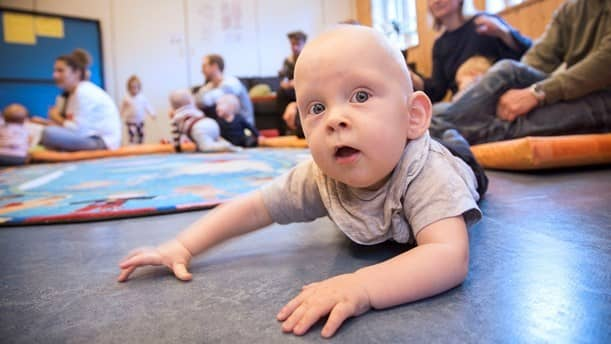 """Alexander lyssnar på """"Bebispodden"""". Foto: Micke Grönberg."""