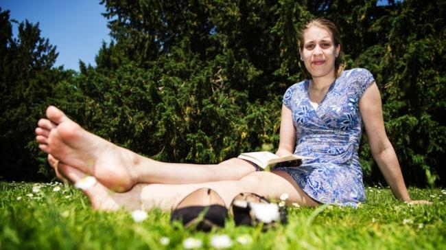 """Hur gör du för att hålla dina fötter fina? Elin Wallin, 24, student, Malmö: """"Jag skrubbar fötterna och smörjer in dem med fotkräm. Sedan får man ta hand om naglarna också."""""""