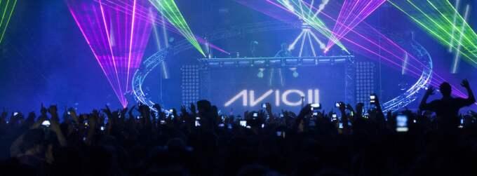 ETT BRA JOBB. I stället för att verka i bakgrunden och skriva stora hits står Avicii på det gigantiska podiet själv och pumpar ut musiken. Han säljer ut Globen tre gånger om - då har man gjort ett bra jobb. Foto: Alexander Donka