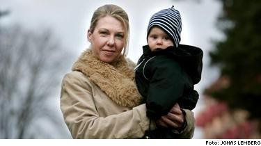 Lena Britz, 40, i Stockholm lider av von Willebrands sjukdom. Med hjälp av läkemedel som hjälper blodet att levra sig gick allt bra när lille Leo föddes för åtta månader sen. Många vet inte om att de har sjukdomen. Den som ofta har näsblod eller kvinnor med kraftig mens borde låta testa sig, säger hon.