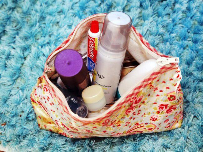 Lotties necessär är fylld med miniförpackningar.
