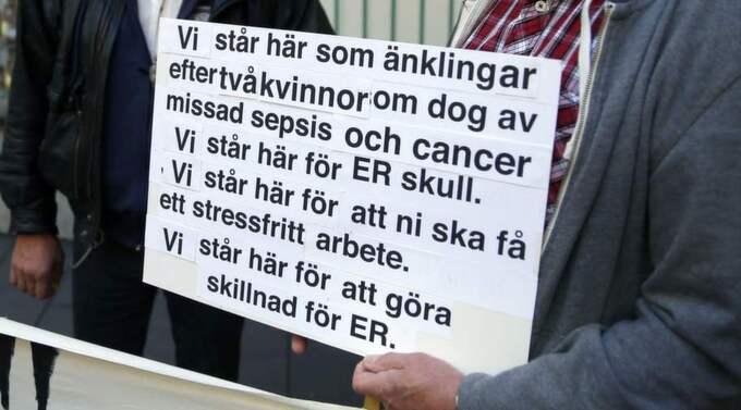 Torbjörn Hammar och Bengt-Åke Leander har förlorat sina fruar. Nu protesterar de tillsammans mot den bristfälliga vården. Foto: Ronny Johannesson