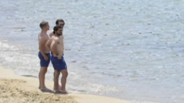Prinsen njuter på stranden under svensexan