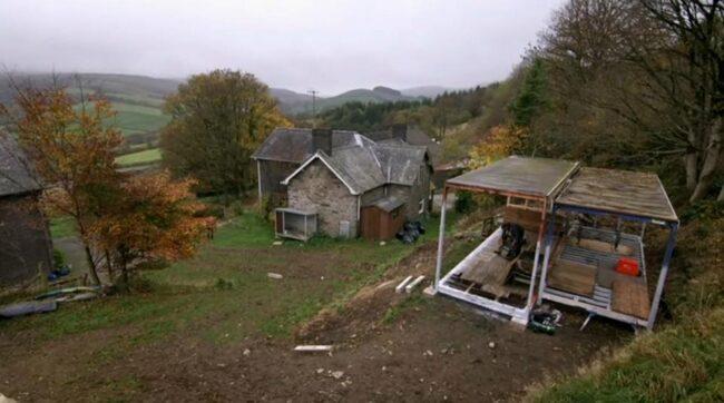 Här påbörjades bygget av huset från två lastbilar...