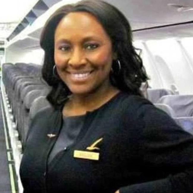 Flygvärdinnan Shelia Fedrick på Alaska Airlines upptäckte tonårsflickan och den äldre mannen.