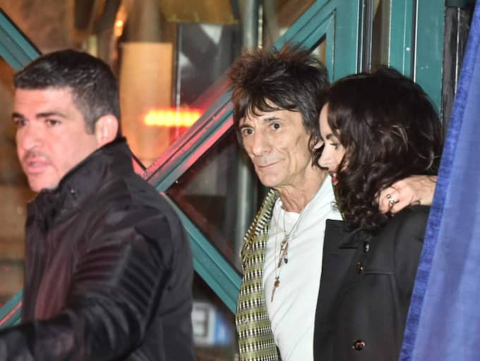 Ronnie Wood tog med sig frun Sally Humphreys.