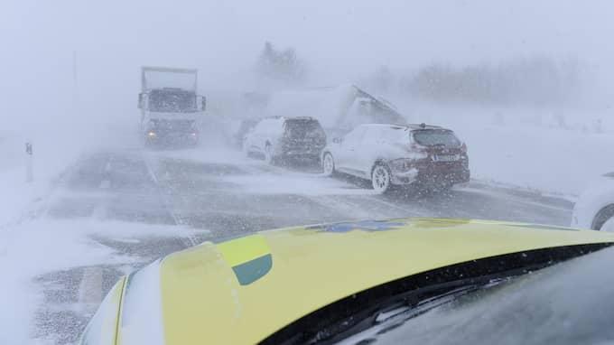 Fler än tio bilar och lastbilar kolliderade mellan Tomelilla och Sjöbo på tisdagen. Det var halt och mycket dålig sikt på grund av snörök. Foto: ANDERS GRÖNLUND