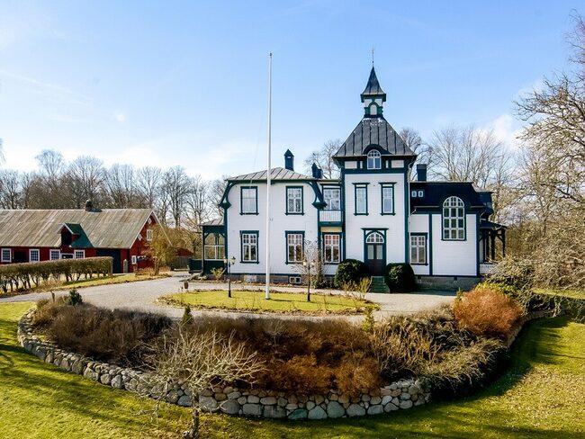 Bostadshuset är ritat av Svante Svensson och började byggas år 1905.