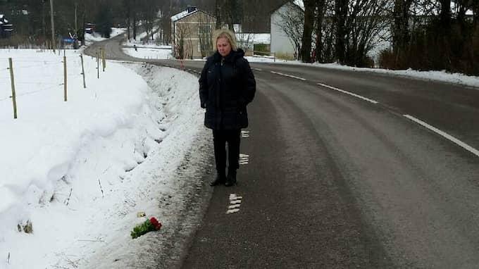 Merja Lundberg vid platsen där hennes son kördes ihjäl. Nu kämpar familjen med att få upprättelse – och för att få vardagen att gå runt mitt i sorgen efter Jonas. Foto: Privat